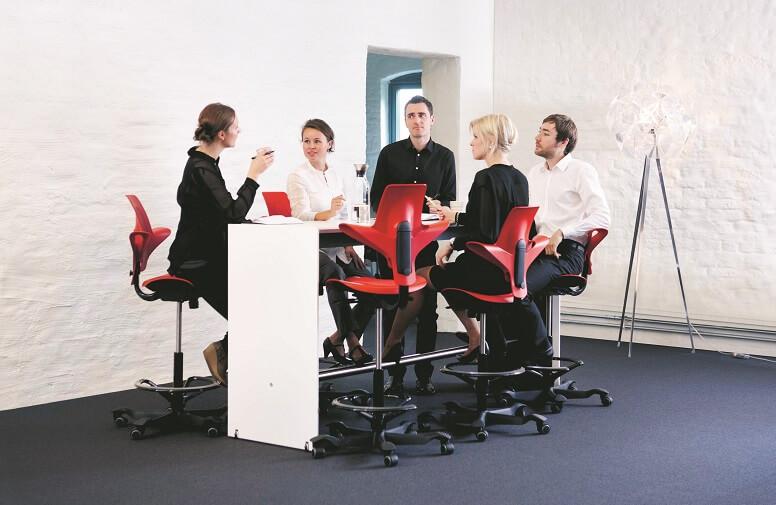 eine Gruppe Kollegen sitzt auf HAG Capisco Puls Bürostühlen